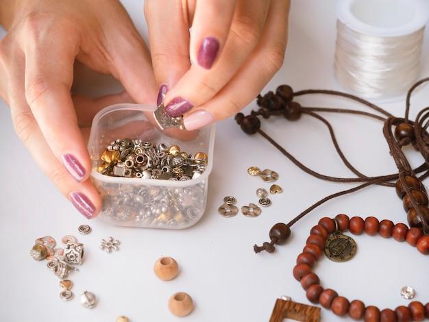 Vrouw met doos met metalen accessoires Gratis Foto
