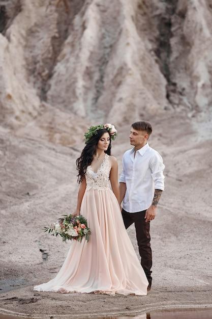 Vrouw met een boeket bloemen in de armen van mannen Premium Foto
