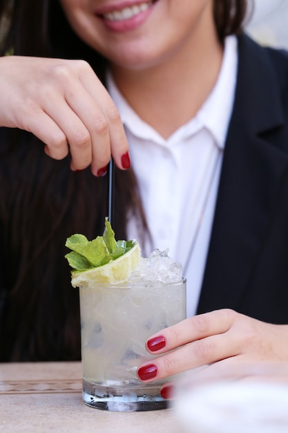 Vrouw met een drankje Gratis Foto