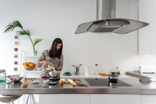 Vrouw met een gewicht van bloem om zelfgemaakte koekjes voor te bereiden Premium Foto