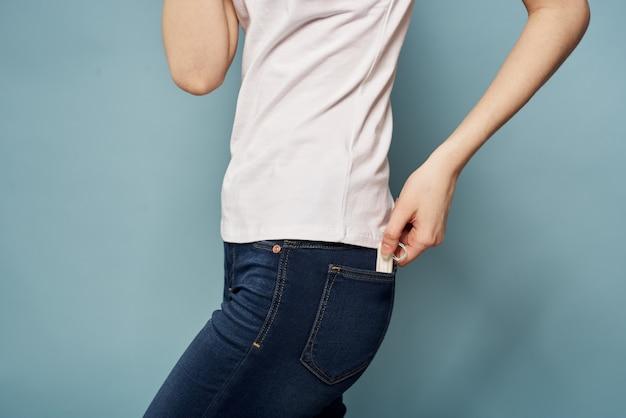 Vrouw met een kussentje in haar hand Premium Foto
