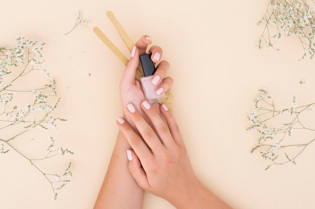 Vrouw met een nagellak Premium Foto