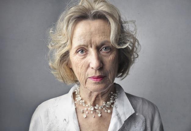 Vrouw met een serieuze blik op haar gezicht Gratis Foto