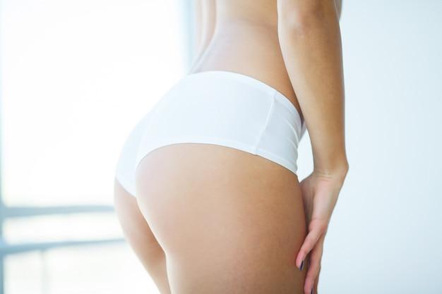 Vrouw met een sinaasappel die een perfecte huid toont Premium Foto