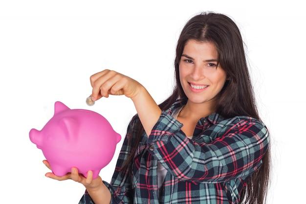 Vrouw met een spaarvarken op studio. Gratis Foto