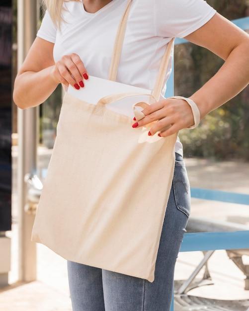 Vrouw met een stoffen tas Gratis Foto