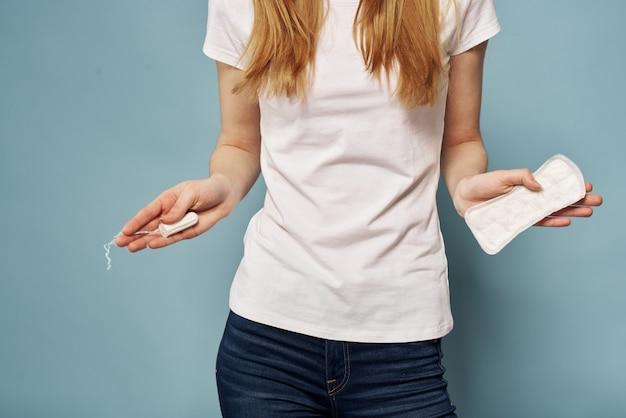 Vrouw met een stootkussen in haar handen Premium Foto