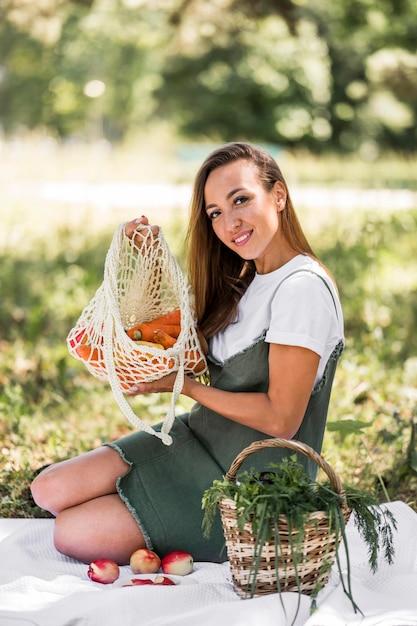Vrouw met een tas met gezonde snacks Premium Foto