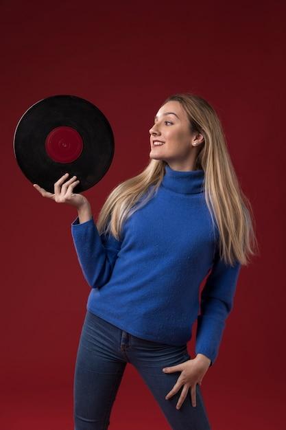 Vrouw met een vinyl schijf Gratis Foto