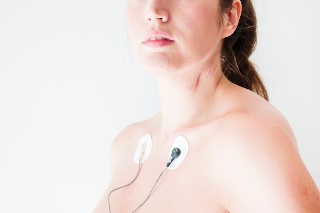 Vrouw met elektrocardiogram leidt op lichaam Gratis Foto