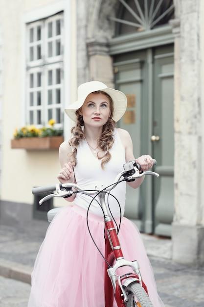 Vrouw met fiets Gratis Foto