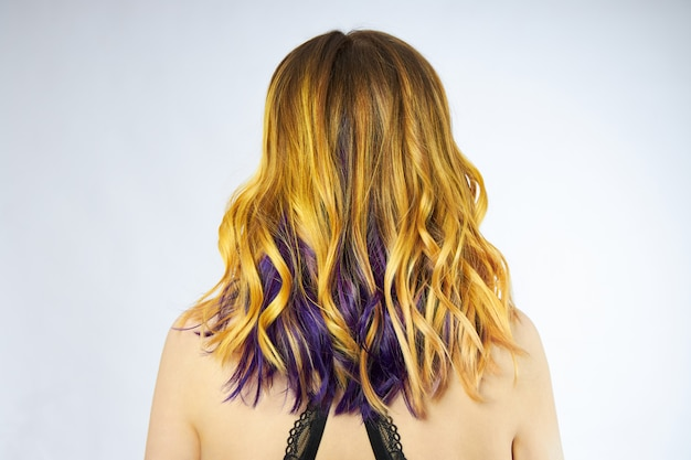 Vrouw met geel en paars haar Premium Foto