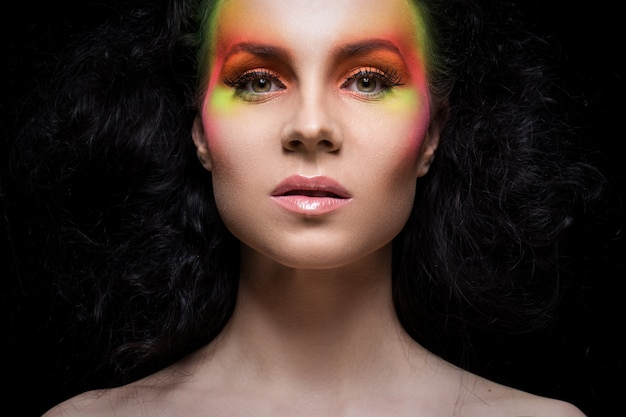 Vrouw met gekleurde make-up Gratis Foto