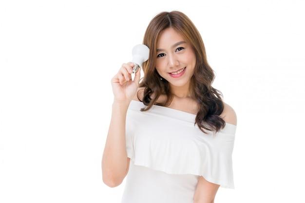 Vrouw met gloeilamp in haar hand Premium Foto
