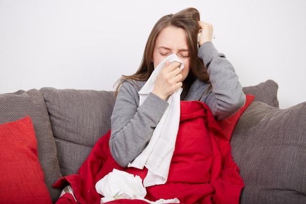 Vrouw met griep Premium Foto