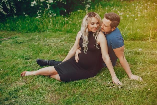 Vrouw met haar echtgenoot in een de zomerpark Gratis Foto