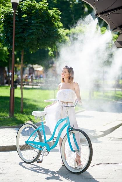 Vrouw met haar fiets Premium Foto
