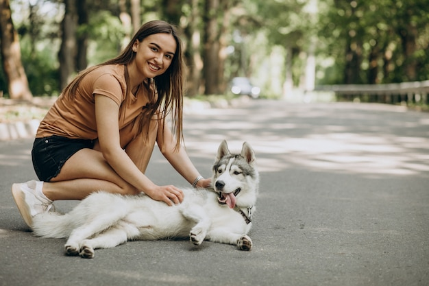 Vrouw met haar husky hond in het park Gratis Foto