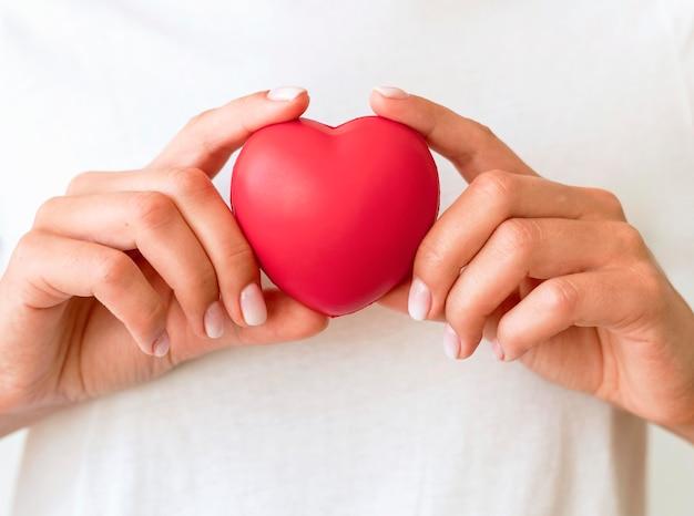 Vrouw met hartvorm Premium Foto