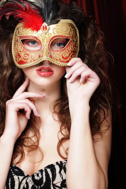 Vrouw met het venetiaanse masker van maskeradecarnaval Premium Foto