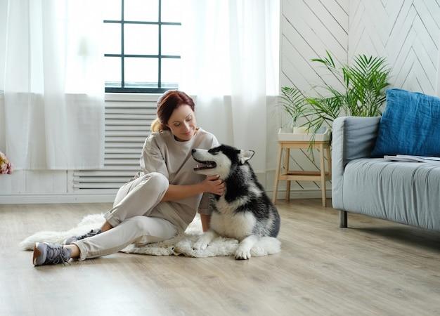 Vrouw met husky Gratis Foto