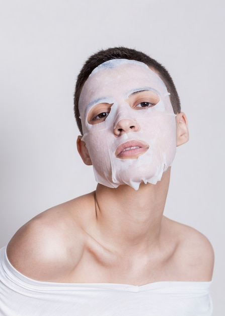 Vrouw met hydratatie gezichtsmasker Gratis Foto