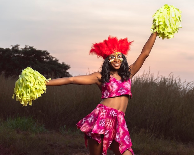 Vrouw met instrument op carnaval Premium Foto