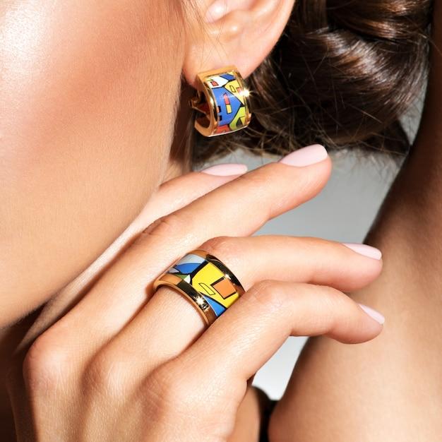 Vrouw met juwelenreeks. macro foto Gratis Foto