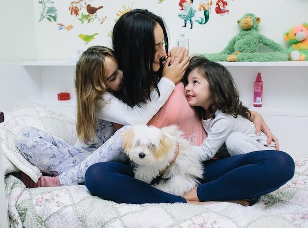 Vrouw met kinderen op bed Gratis Foto