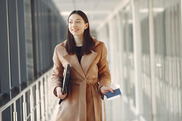 Vrouw met koffer op de luchthaven Gratis Foto
