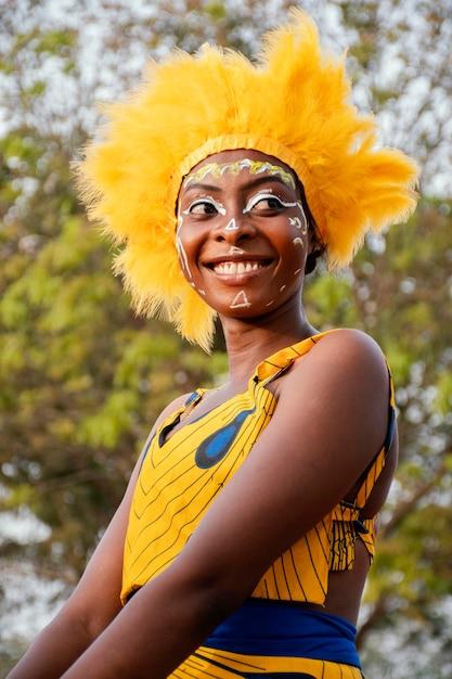 Vrouw met kostuum voor carnaval Gratis Foto