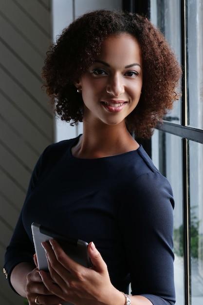 Vrouw met krullend haar en glimlachen Gratis Foto