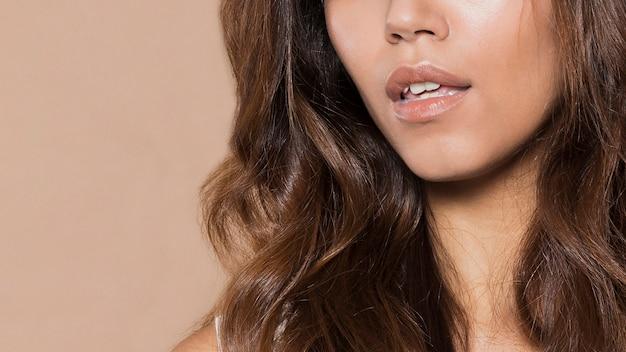 Vrouw met lang haar en mooi lippenclose-up Gratis Foto