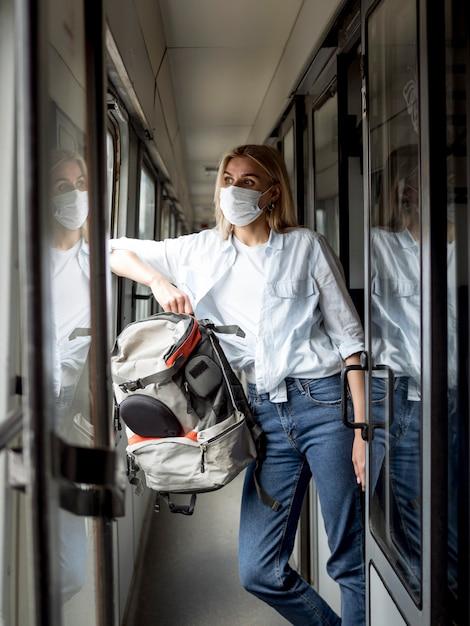 Vrouw met masker aan de gang Gratis Foto