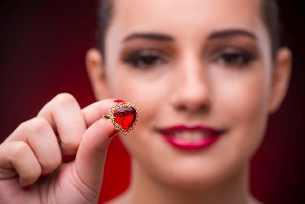 Vrouw met mooie ring in schoonheid concept Premium Foto