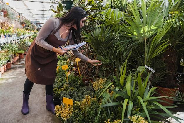 Vrouw met notitieboekje die installaties inspecteren Gratis Foto