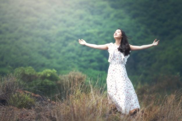 Vrouw met open armen in de lucht Premium Foto