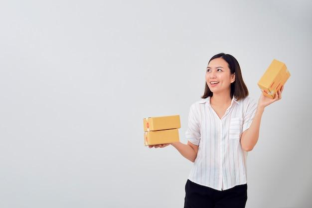 Vrouw met pakket pakket box Premium Foto