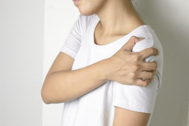Vrouw met pijn in de schouder. Premium Foto
