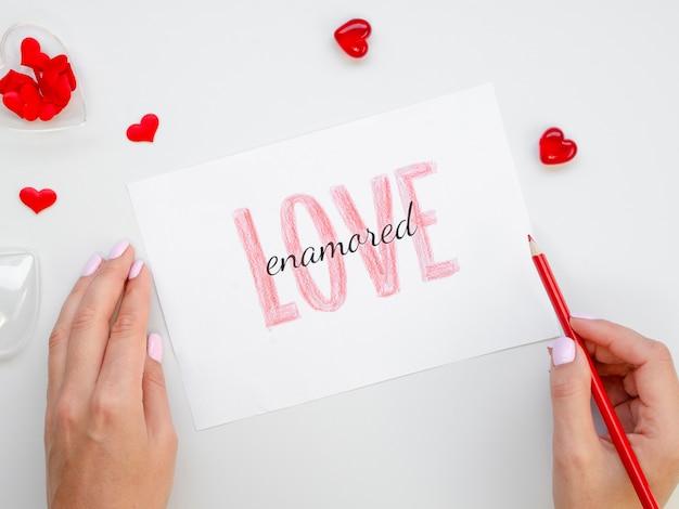 Vrouw met potlood en liefde papier Gratis Foto