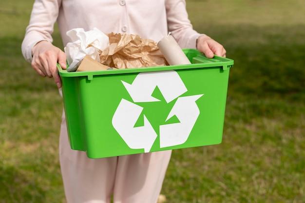 Vrouw met recylcing mand Gratis Foto