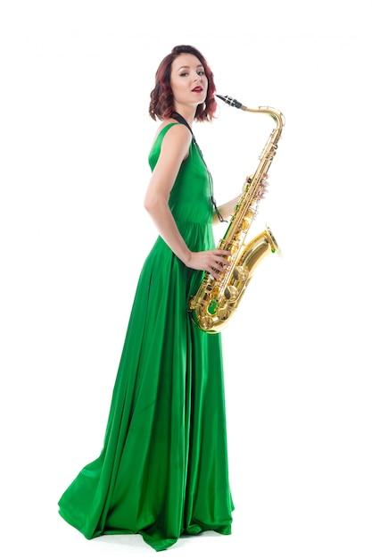 Vrouw met saxofoon op wit wordt geïsoleerd dat Premium Foto