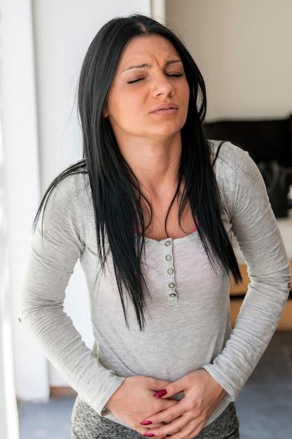 Vrouw Met Sterke Buikpijn Syndromen Van Indigestie Zwangerschap