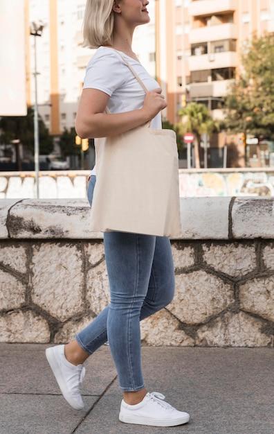 Vrouw met stoffen tas en wandelen Gratis Foto
