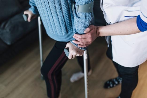 Vrouw met stokken in bejaardentehuis Gratis Foto