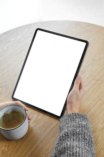 Vrouw met tablet close-up Gratis Foto