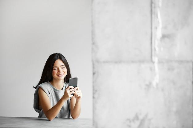 Vrouw met telefoon Gratis Foto