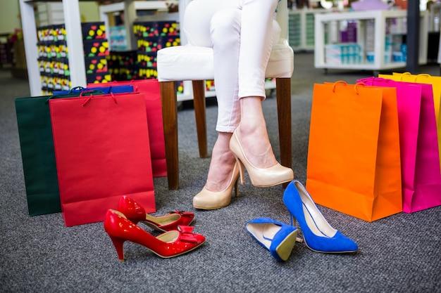 Vrouw met veel boodschappentassen Premium Foto