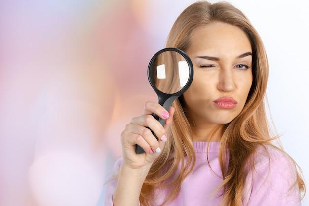 Vrouw met vergrootglas Premium Foto