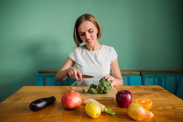 Vrouw met voedsel Gratis Foto